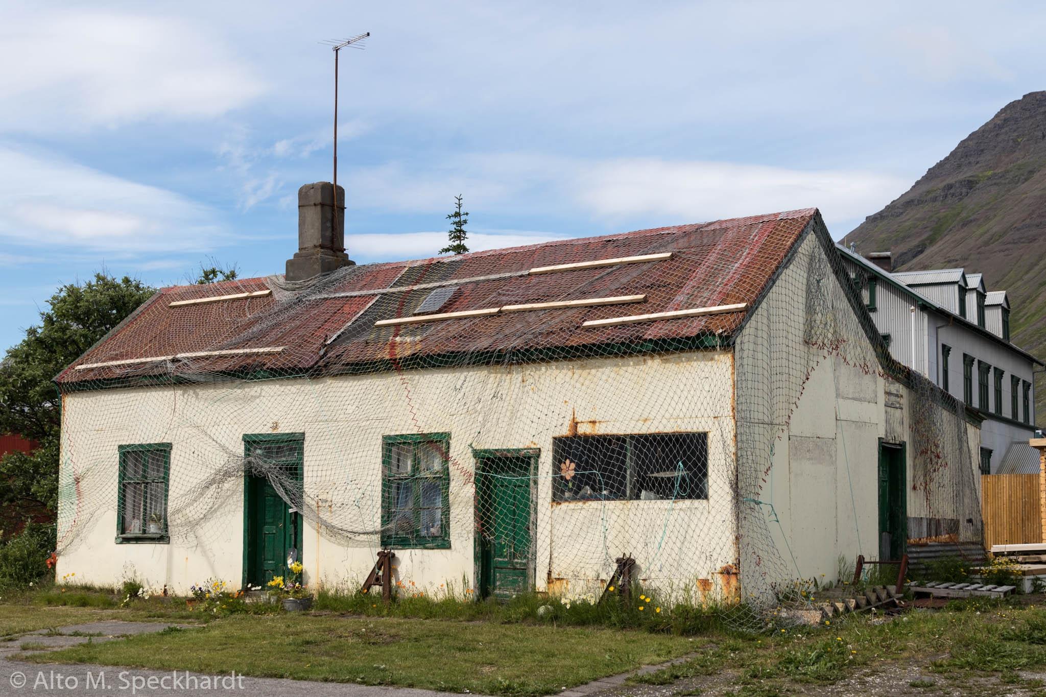 Haus mit Fischernetz in Isafjördur