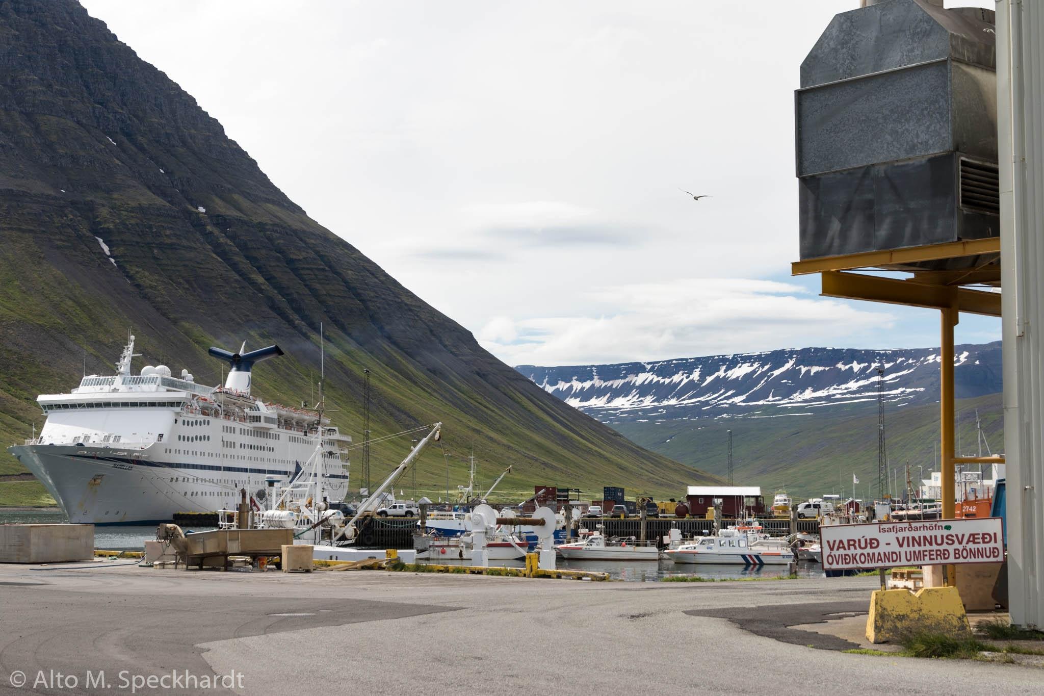 Kreuzfahrtschiff im Hafen Isafjördur